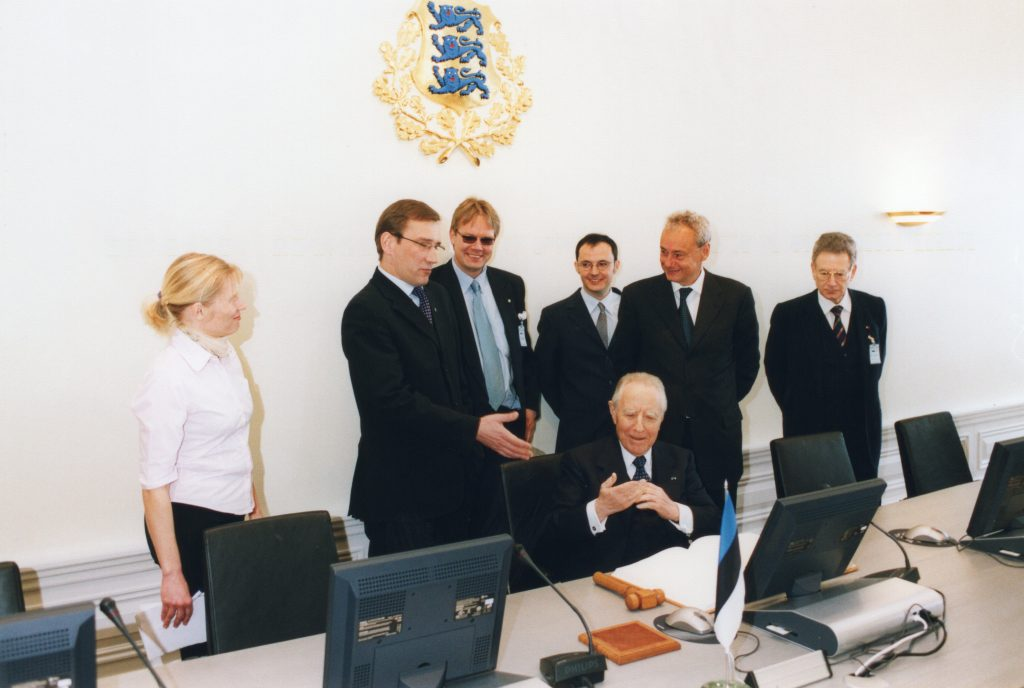 Prime Minister Juhan Parts introducing President Ciampi to the Estonian e-government system. The introduction of the Estonian e-government system to Italy continues to this day. Photo: archives of the Ministry of Foreign Affairs, Erik Peinar