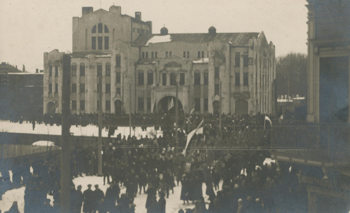 Public reading of the Estonian Declaration of Independence from the balcony of the Pärnu Endla Theatre. Photograph: Collection of Pärnu Museum