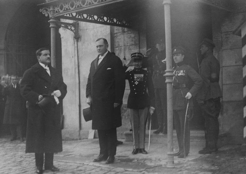 Arrivo dell'Ambasciatore d'Italia Augusto Stranieri il 14.10.1922. A destra, Johannes Markus, capo del dipartimento amministrativo e responsabile del protocollo. Foto: Archivio Nazionale