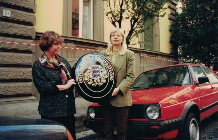 Chargé d'affaires Ruth Lausma and secretary of the embassy Heli Tomingas in October 1996 in front of the embassy building. Photograph: Private collection of Ruth Lausma-Luik