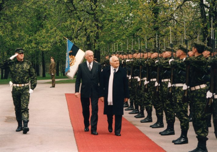 Reception at Kadriorg. President Scalfaro and President Lennart Meri in front of the honour guard. Photograph: Voldemar Maask, archives of the Ministry of Foreign Affairs