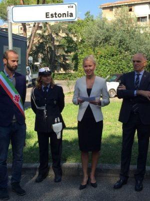 Andrea Vanucci, Deputy Mayor of Florence, Municipal Police Officer, Ambassador Celia Kuningas-Saagpakk, and Luigi Cecchini, honorary consul of Estonia in Florence. Photograph: Urmas Eigla