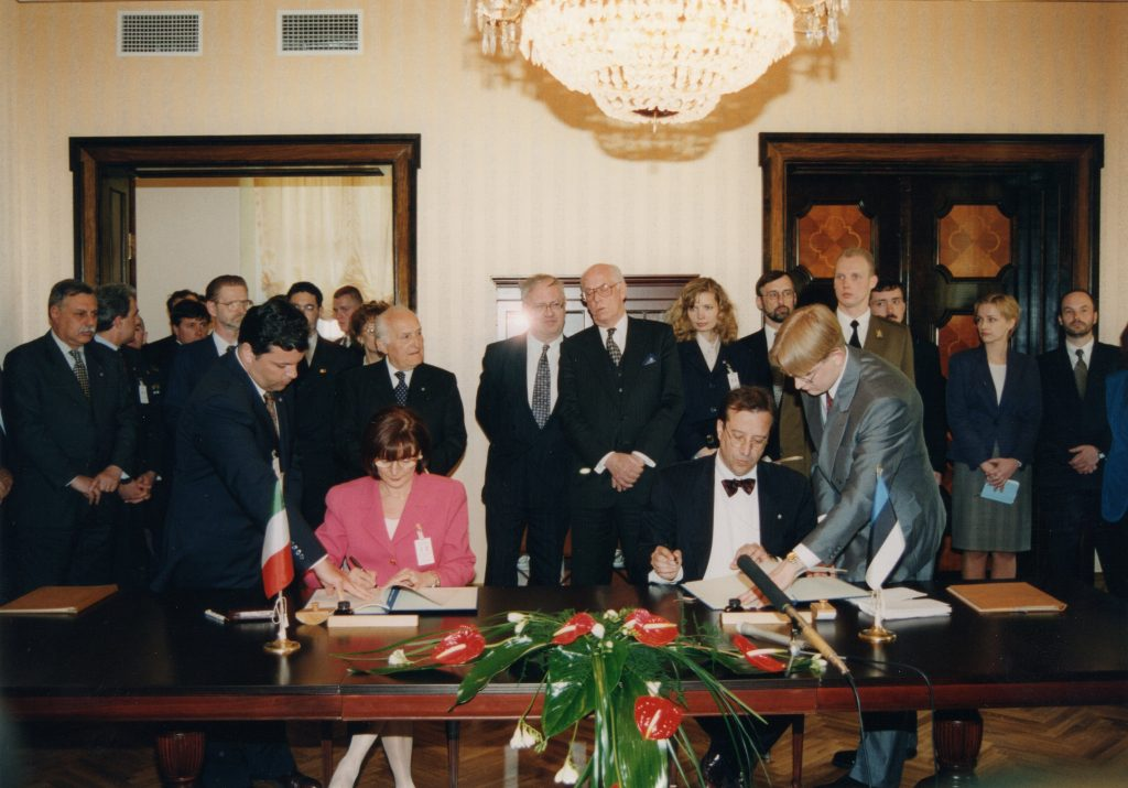 Signing of a cooperation agreement between the Estonian and Italian governments on culture, education, science, and technology on 22 May 1997 in Tallinn. Photograph: Voldemar Maask, archives of the Ministry of Foreign Affairs