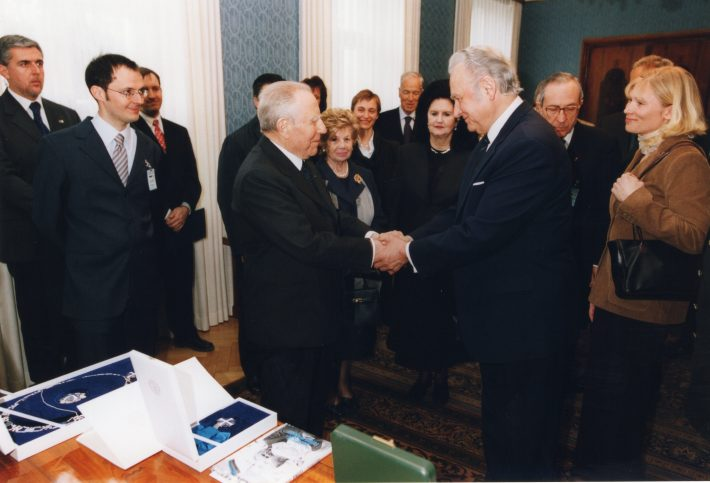 The presidents exchange decorations (for President Ciampi, the Order of the Cross of Terra Mariana, and for President Rüütel, the Grand Cross with Collar of the Order of Merit of the Italian Republic). Photo: archives of the Ministry of Foreign Affairs, Erik Peinar