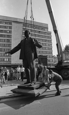 Taking down the statue of Lenin in front of the building of the Central Committee of the Estonian Communist Party (now the Ministry of Foreign Affairs) on 23 August 1991 Photograph: Peeter Langovits, Archives of the Ministry of Foreign Affairs