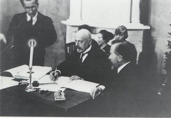 Signing of the Tartu Peace Treaty. Photograph: National Archives